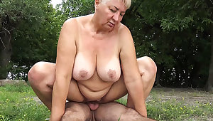 broad in the beam ma outdoor fucked by the brush toyboy