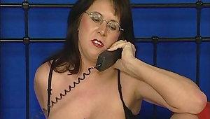 Hausfrau arbeitet als Telefon Domina fuer Wichs Sklaven