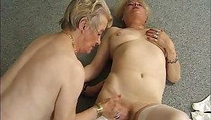 Lesbische Omas lecken und fingern sich